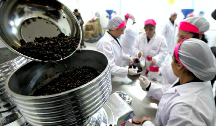 Dones treballant en la producció de cafè a la Cooperativa Lazzarelle a la presó, un cas esmentat en el treball d'Elisa Segués Font: Cooperativa Lazzarelle
