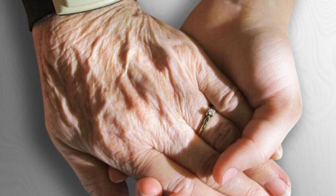 Coravis acompanya aquelles persones que pateixen soledat dins les residències de la gent gran. Font: Coravis