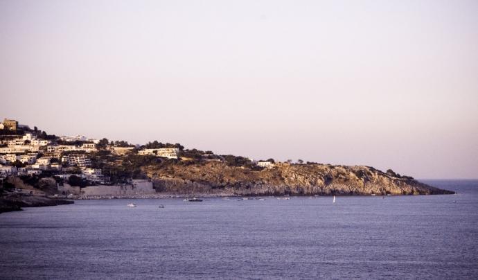 SOS Costa Brava alerta que hi ha sòl urbà que es superposa a espais de protecció natural. Font: Unsplash. Font: Font: Unsplash.