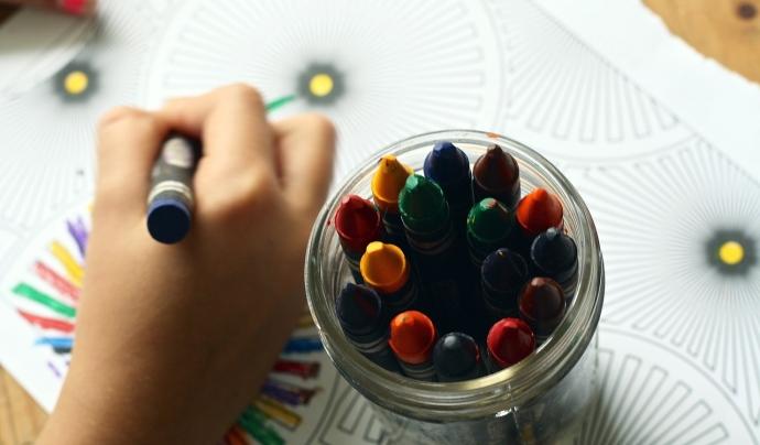 La mà d'un nen o una nena dibuixant
