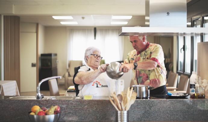 A cada programa es convida un cuiner professional que cuina amb una persona gran de la residència. Font: Fundació Ibada. Font: Font: Fundació Ibada.