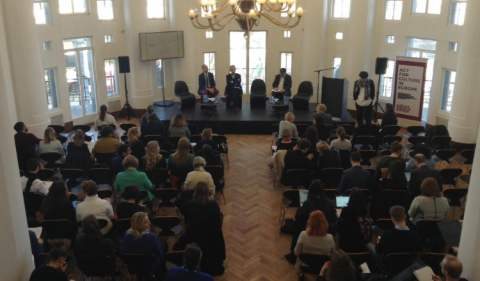 Persones en una sala d'actes davant de ponents