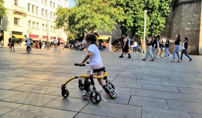L'Emma Joana fent proves per preparar la cursa infantil adaptada davant de la Catedral de Barcelona. Font: Noemí Font