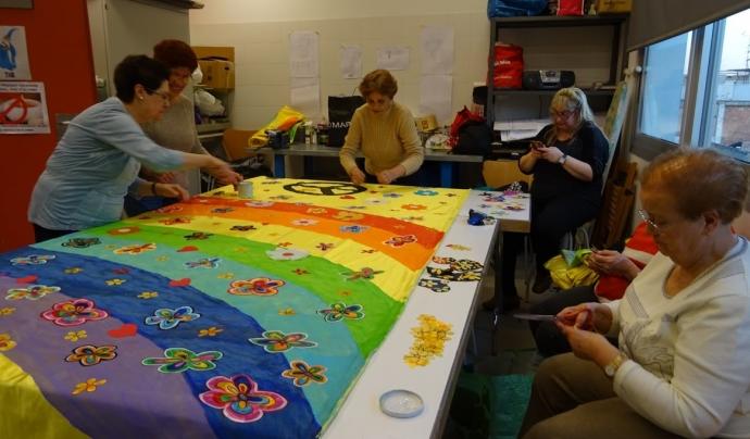 Un grup de dones treballa en la decoració per la carrossa de Carnestoltes