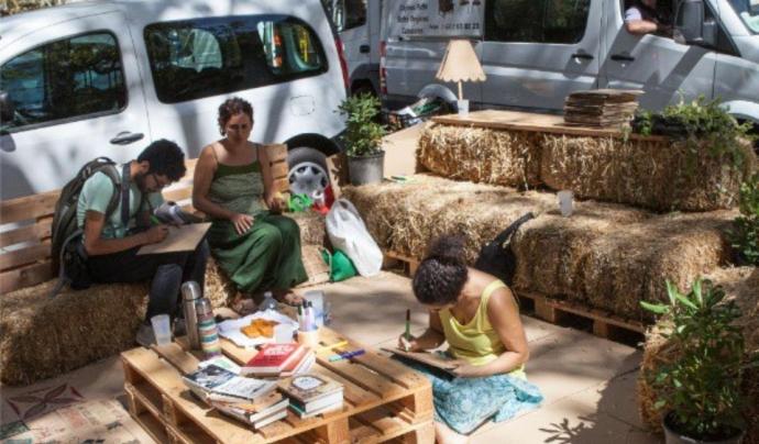 Els veïns i les veïnes comparteixen espai públic diariament ocupat per un vehicle, durant una intervenció del passat any al Park(ing) day a Barcelona (imatge: parkingdaybcn)