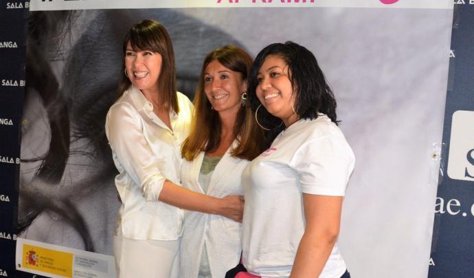 D'esquerra a dreta, la directora de la campanya, Mabel Lozano, la presidenta de l'APRAMP, Rocío Mora, i Carolina, mediadora i supervivent, a la presentació de la campanya