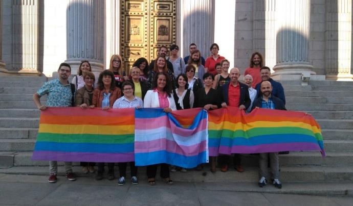 Representants del col·lectiu LGTBI després que el Congrés aprovés la tramitació de la llei