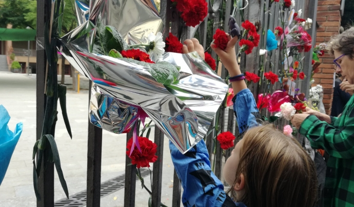 Una nena porta flors a l'escola Ramon Llull de Barcelona