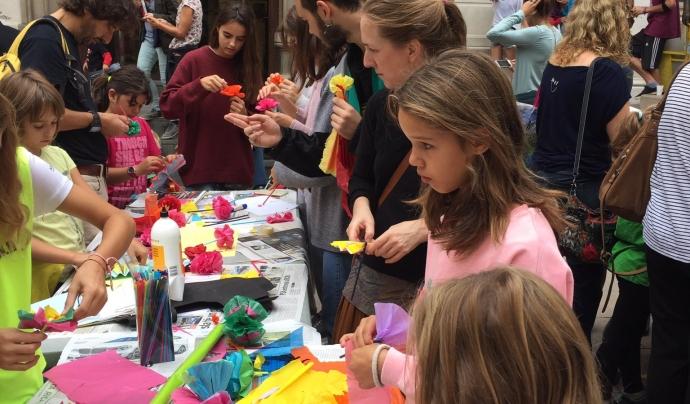 La comunitat educativa fent flors per dipositar a l'Escola Dolors Monserdà Santapau de Vallvidrera
