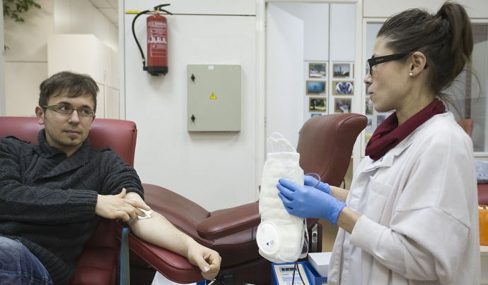 Un jove que acaba de donar sang