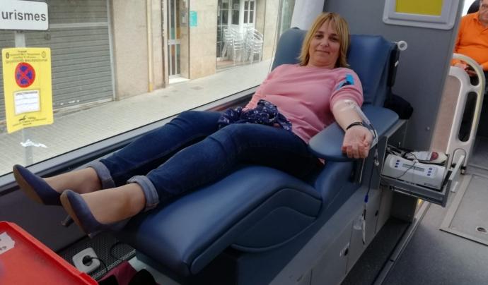Una dona donant sang en un dels autocars aparcats a l'Hospitalet durant una campanya. Font: Ass. de Donants de Sang de l'Hospitalet. Font: Ass. de Donants de Sang de l'Hospitalet