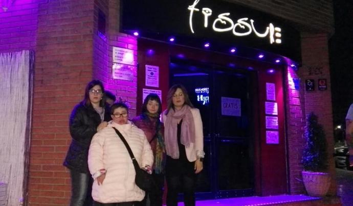 Grup de joves amb discapacitat intel·lectual davant del pub Fissure