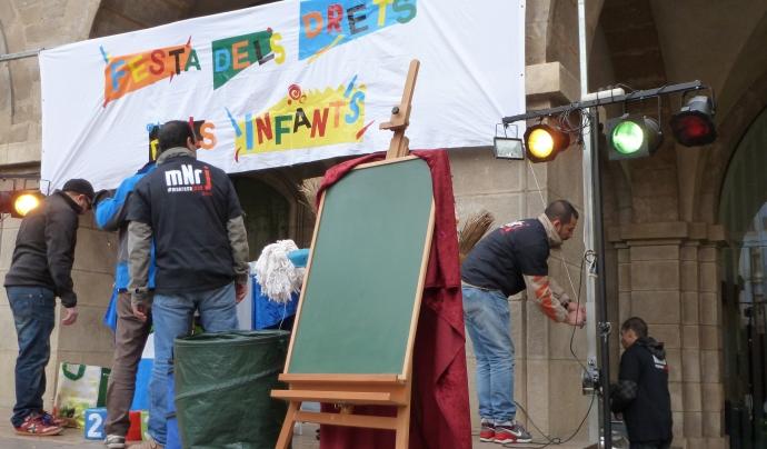 Participants de l'Entre Tothom en el Muntatge de la Festa dels Drets dels Infants a l'Ajuntament de Manresa (Font: Ajuntament de Manresa)