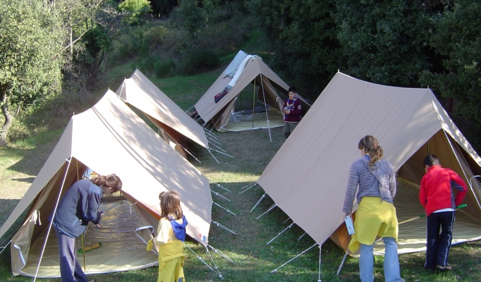 Infants muntant les tendes del campament