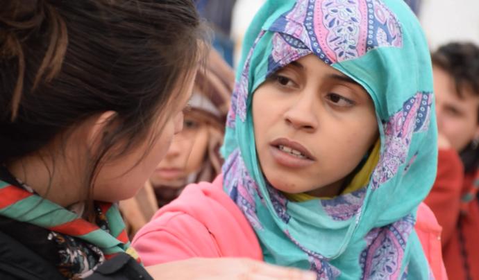 Una jove escolta parlant amb una noia sahrauí durant el projecte 'Junts pel lleure' al campament de refugiats sahrauís d'Smara