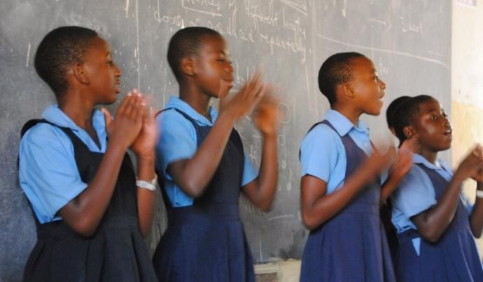 Degut a l'abandonament escolar per la menstruació, les noies perden una mitjana del 25% d'hores lectives.  Font: Petits Músics del Món