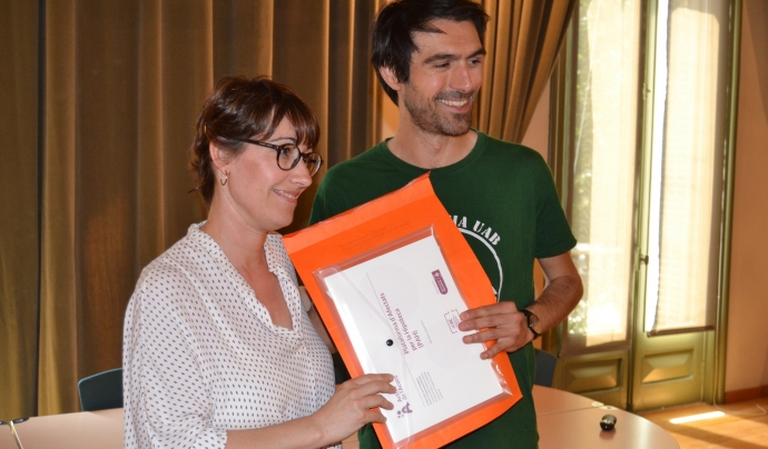 Anna Sánchez entrega el segell a la Plataforma d'Afectats per la Hipoteca. Font: FCVS