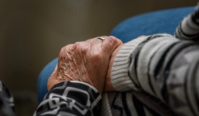Fotografia d'unes mans enllaçades, les d'una persona voluntària i una persona gran