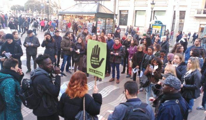 Participants de l'acció 'Petjada invisible. Ruta per La Rambla amb perspectiva antiracista' Font: SOS Racisme Catalunya