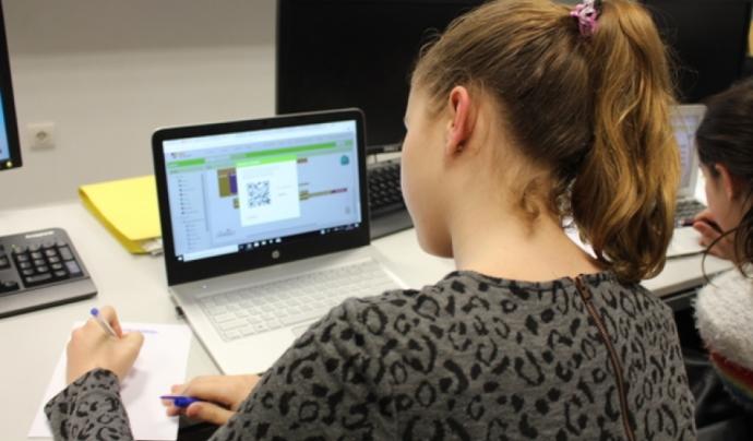Les joves participants en Technovation es formen en el desenvolupament d'aplicacions mòbils