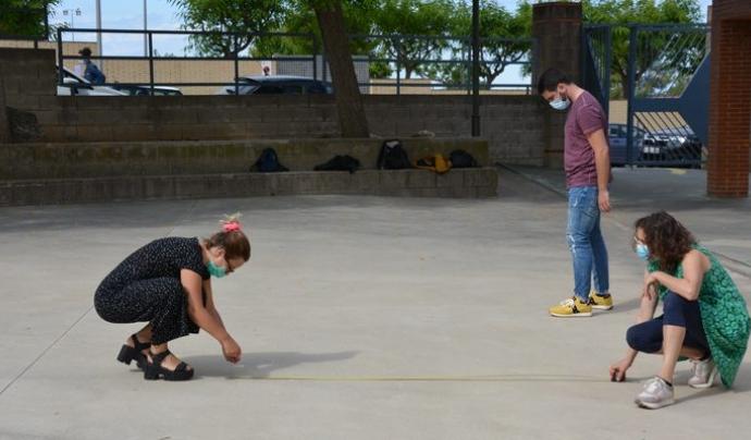 Intervenció artística de Berta Artigal als patis dels centres cívics de Tarragona per delimitar els espais als participants. Font: Notícies TGN.