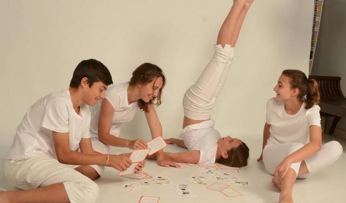 'Eduioga' i 'Yoguitos' són jocs de cartes que mostren postures de ioga que els i les participants han d'imitar