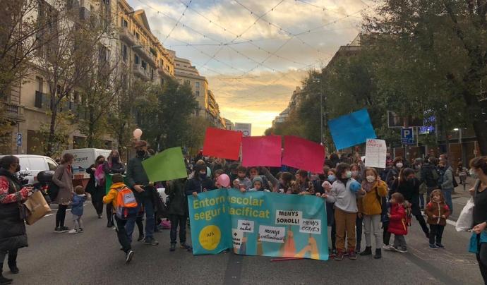 Les entitats promouen talls de carrer simultanis davant dels centres escolars cada quinze dies els divendres de 16 a 17h. Font: Twitter: @eixrespira