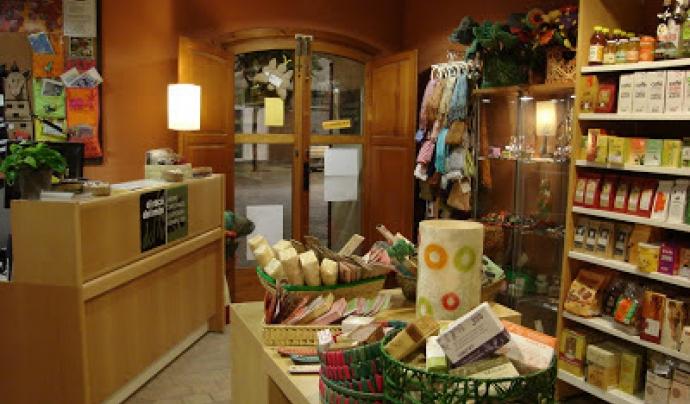 El Racó del Món és una botiga de comerç just situada al Prat de Llobregat, gestionada per l'ONG ACSUR-Las Segovias Font: El Racó del Món