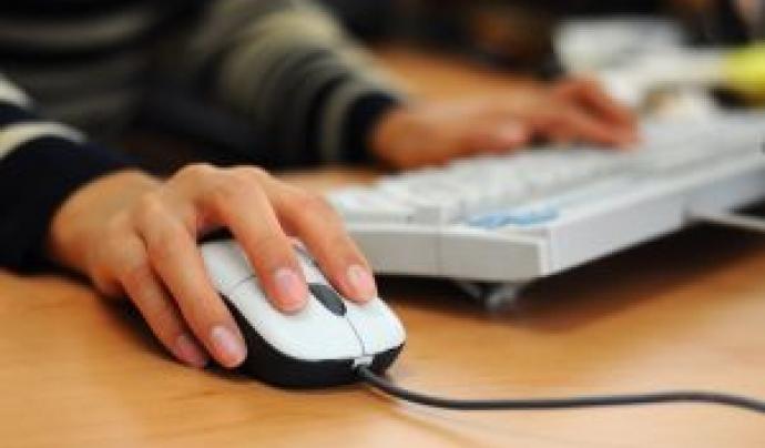 Persona treballant a l'ordinador