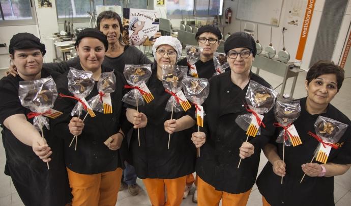 Equip que elabora les roses de galeta i xocolata d'El Rosal