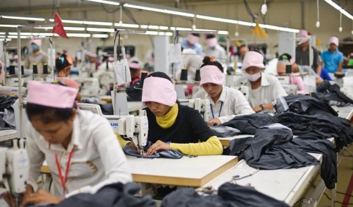 Treballadores en una fàbrica de roba