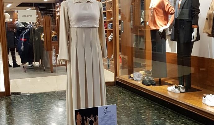 Un dels vestits exposats a les botigues del centre de la ciutat. Font: Joan Parera