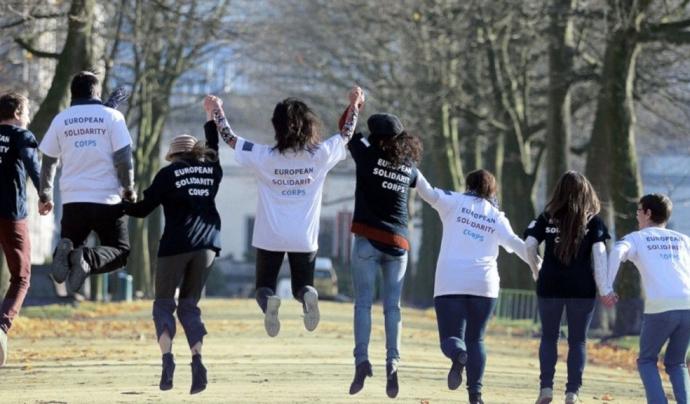 El programa pretén obrir noves oportunitats per a joves per a desenvolupar activitats de voluntariat relacionades amb la solidaritat. Font: European Solidarity Corps