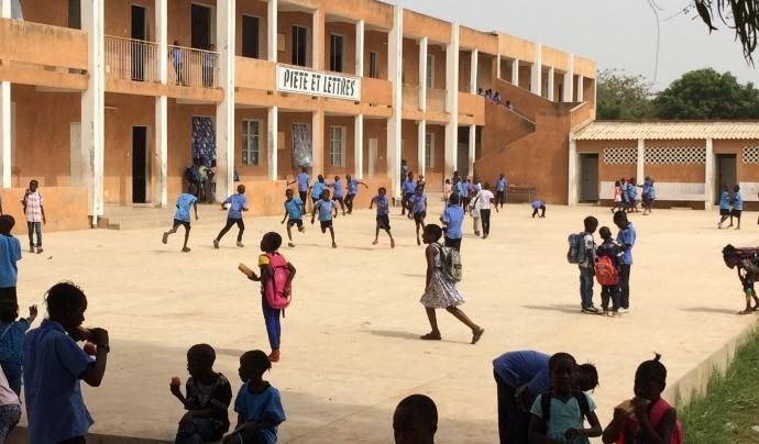 Nens i nenes jugant al pati a l'Escola Pia de Senegal