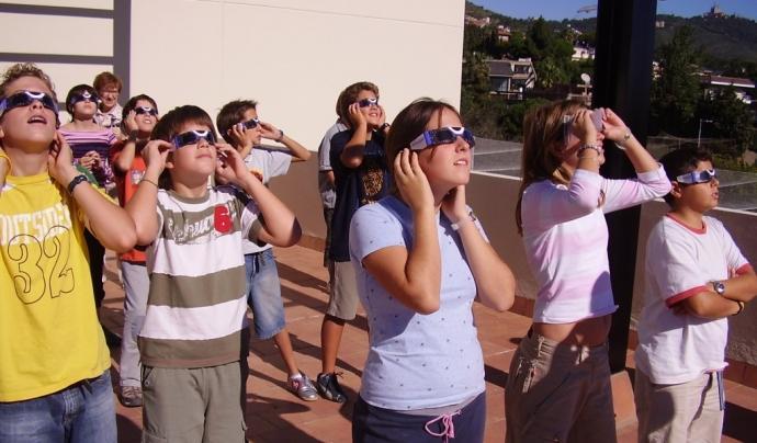 Alumnes de l'escola Solc mirant un eclipsi Font: Solc