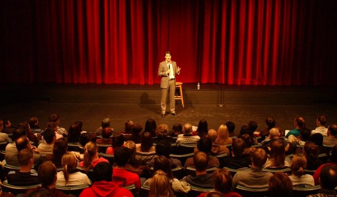 Monòleg a un teatre. Font: Wikimedia