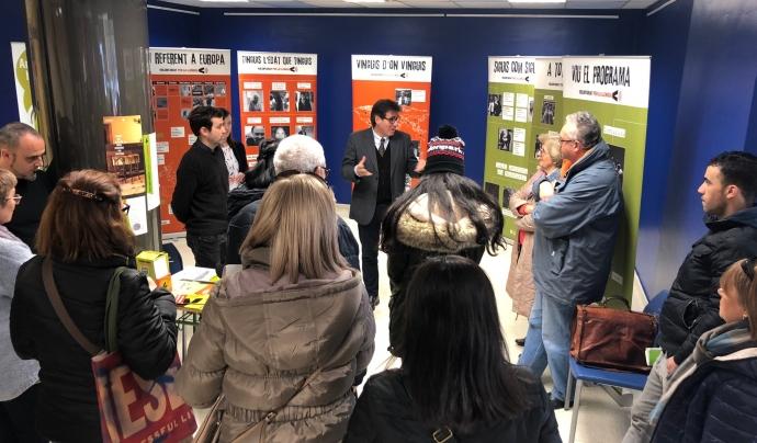 Un representant institucional fa una explicació sobre l'exposició