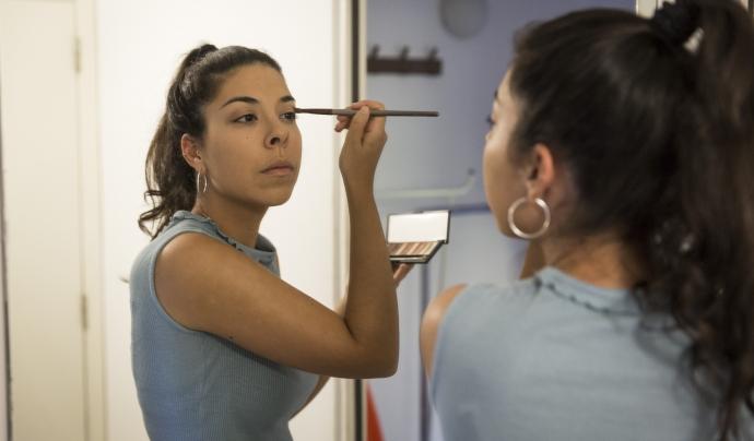 Laura Manchón es maquilla abans de l'estrena d'OCTUBRE (Foto: Toni Galitó)