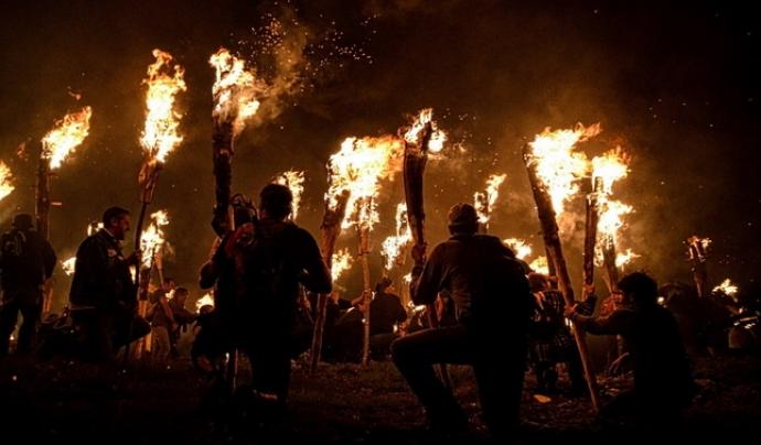 'Les falles del Pirineu' és un retrat d'una de les celebracions més antigues amb foc. Font: Descobrir.cat