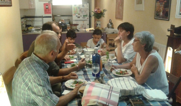 Sopar intercultural entre diferents famílies. Font: SOS Racisme