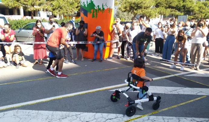 Els nens i nenes partiicipen a la cursa amb cadira de rodes, caminador o deambulant amb acompanyant. Font: Cursa infantil adaptada de l'Esquerra de l'Eixample