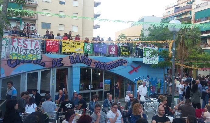 Les penyes del barri pengen les seves pancartes a la barana que hi ha sobre el Casal de Barri Font: Arantxa Solares