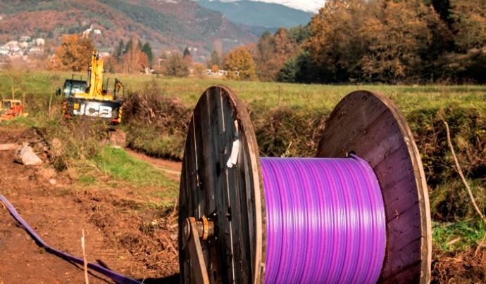Imatge d'una de les operacions de desplegament de fibra òptica en una zona rural.  Font: Gencat