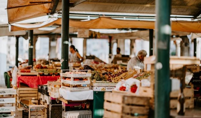 Gràcies a les donacions de majoristes de Mercabarna, el Banc dels Aliments de Barcelona també ha rebut 660.000 quilos de vegetals i 580.000 d'excedents dels establiments de venda d'aliments. Font: Unsplash. Font: Font: Unsplash.