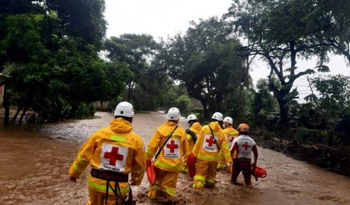 Els equips de la Creu Roja ja s'han desplaçat per col·laborar amb tasques de rescat i ajuda. Font: Creu Roja