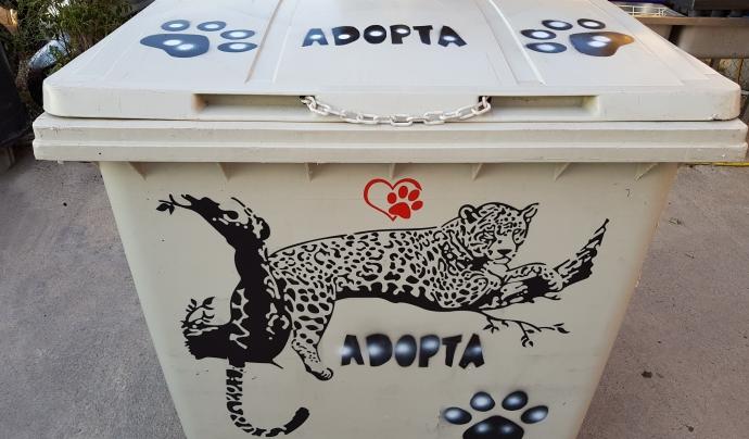 Els CatHotels són contenidors de 4 rodes amb espai interior adaptats com a espais de descans protegits. Font: Associació LlobreGats