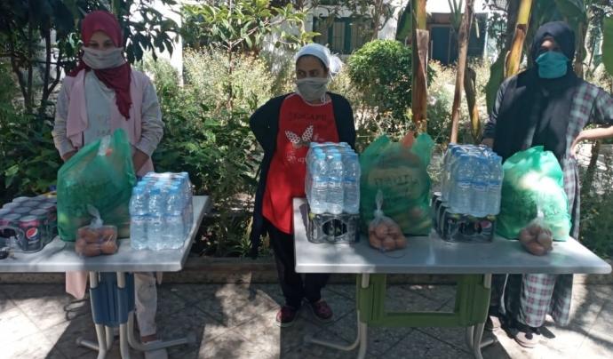 Distribució de productes alimentaris a mares solteres al centre d'acollida de l'associació Solidarité Féminine a Casablanca durant el confinament per la COVID19 al maig del 2020. Font: Amics dels Infants del Marroc.