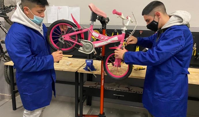 Al taller es reparen bicicletes per donar a famílies en situació de vulnerabilitat. Font: Fundació Main