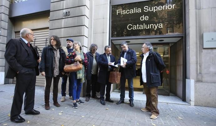 Integrants d'Aprodeme davant la Fiscalia de Catalunya on van presentar la denúncia Font: Ferran Nadeu