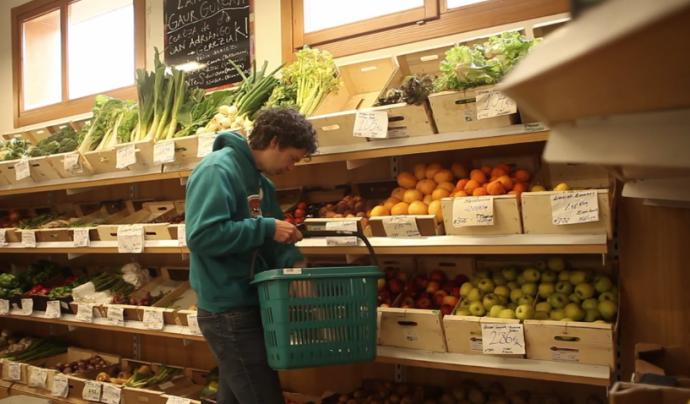 Fotograma del vídeo sobre mercat social de la publicació interactiva sobre economia solidària i drets humans
